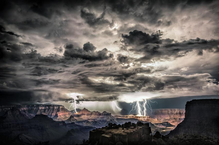 Tempestade de raios no Grand Canyon, Arizona.